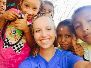医师助理研究 student Jillian Goles surrounded by children in Nicaragua